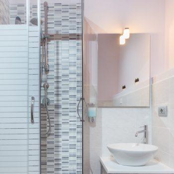 bb-aviewoncagliari-camera-blu-dettaglio-bagno-privato