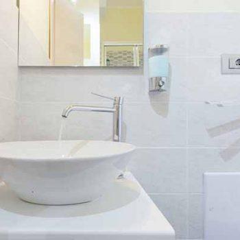 bnb-A-View-on-Cagliari-bagno camera rossa